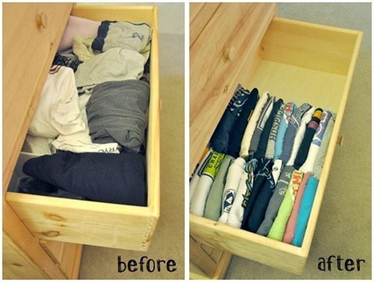 Dobrar as camisetas e guardá-las verticalmente vai fazer você ganhar bastante espaço nas gavetas. E também fica mais fácil ver qual é qual na hora de escolher qual vestir. Retirar uma sem desdobrar as outras também fica mais fácil.