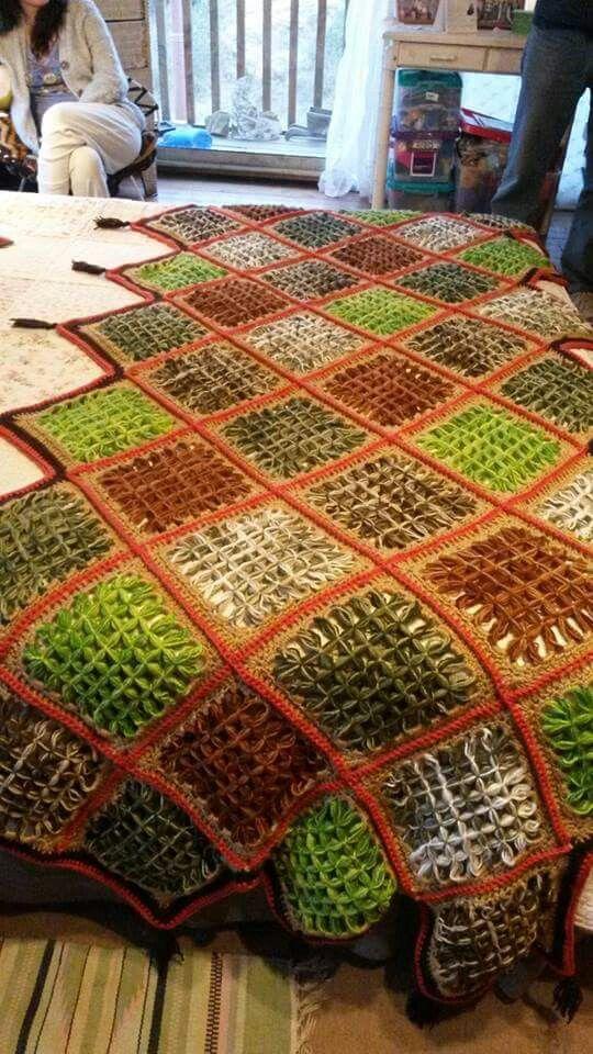 Piesera tejida a telar mariposa con terminaciones a crochet.