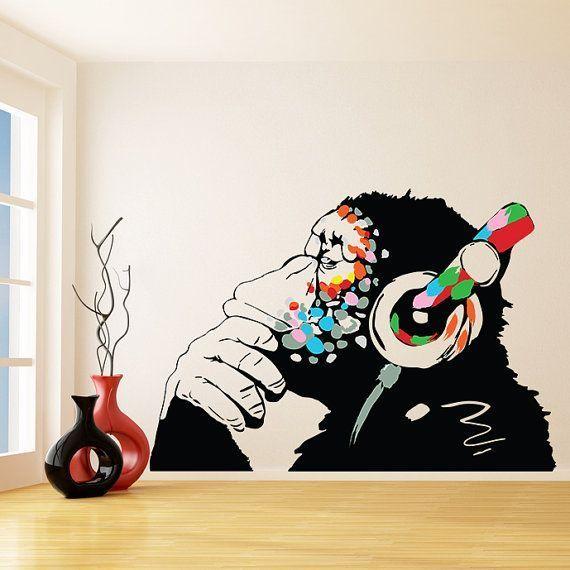 Banksy Vinyl Wall Decal Monkey mit Kopfhörer / bunte Chimp Kopfhörer Musik hören / Street Art Graffiti-Aufkleber + kostenlose Aufkleber Geschenk