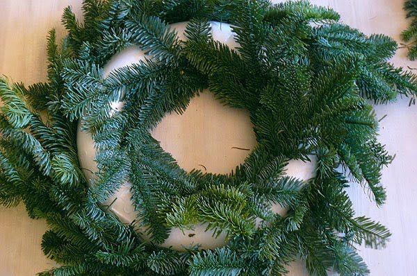 Traditionell wird der Adventskranz bei uns selbst gesteckt und dekoriert. Es ist einfacher, als man denkt und mit ein paar Zutaten kann jede...