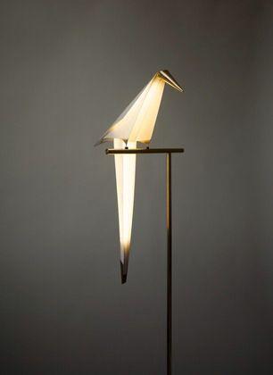 """Fabuleuse découverte au London design festival. Umut Yamac, l'architecte, designer cinétique nous présente sa lampe """"perch"""" . Un véritable animal de compagnie."""