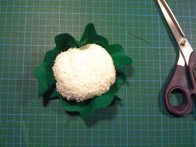 Hier ist wie versprochen das Tutorial für den Blumenkohl für den Kaufmannsladen.   Ihr benötigt:  ein altes weißes Handtuch  Füllwatte (ich ...