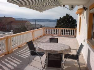 http://xn--apartmajihrvaka-i7c.com/kvarner/apartmaji-novi-vinodolski/ Apartmaji Antolić novi vinodolski, odličen razgled iz tega apartmaja za romantične sončne zahode.