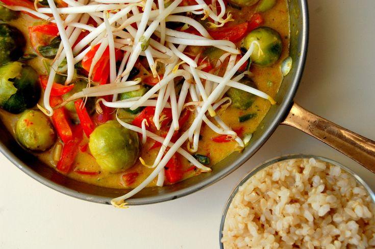 ♥ Kokos curry met spruitjes. (en een aubergine in blokjes) verrassend lekker en natuurlijk gezond! | Jouw Fabriek