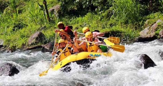 Несколько компаний предлагают захватывающие рафтинг-туры по реке Айюнг и Унда, но только в определенное время года (с декабря по апрель). У вс будет великолепная возможность пройти через водопады и глубокие ущелья, отдаленные деревни и вулканические скалы. У каждого отеля на острове Бали есть расписание таких туров, поэтому заказать их очень просто.