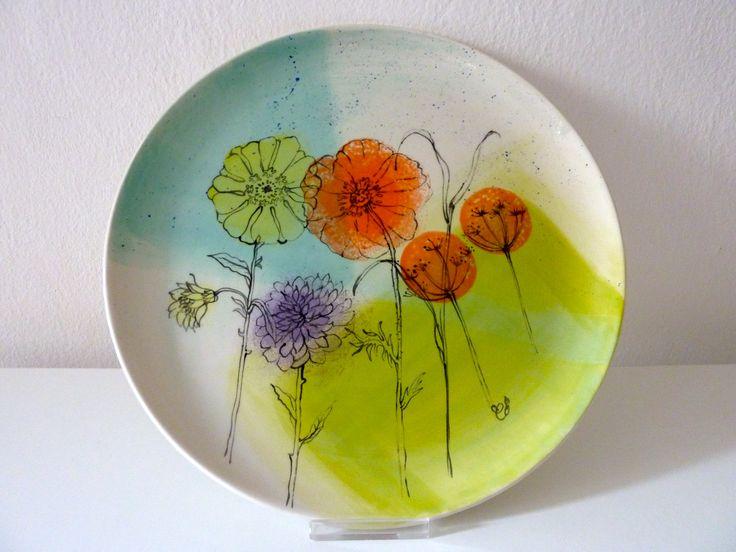 stilisierte Blumen auf Keramikteller