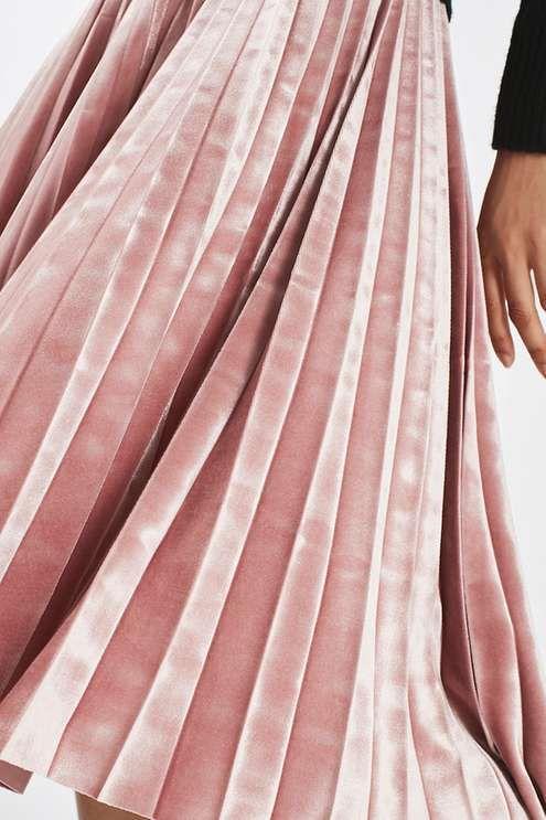 Preciosa falda de terciopelo midi para bodas de invierno.
