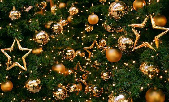 Золотистые шары и звезды на новогодней ели