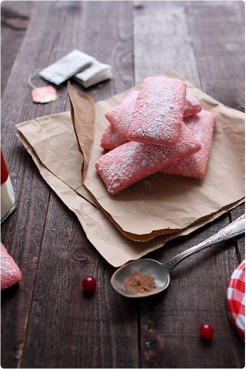 Je me suis mise en quête d'une bonne recette de biscuits roses de Reims car maintenant vous devez savoir que j'aime tout faire moi-même ! Et puis, il faut