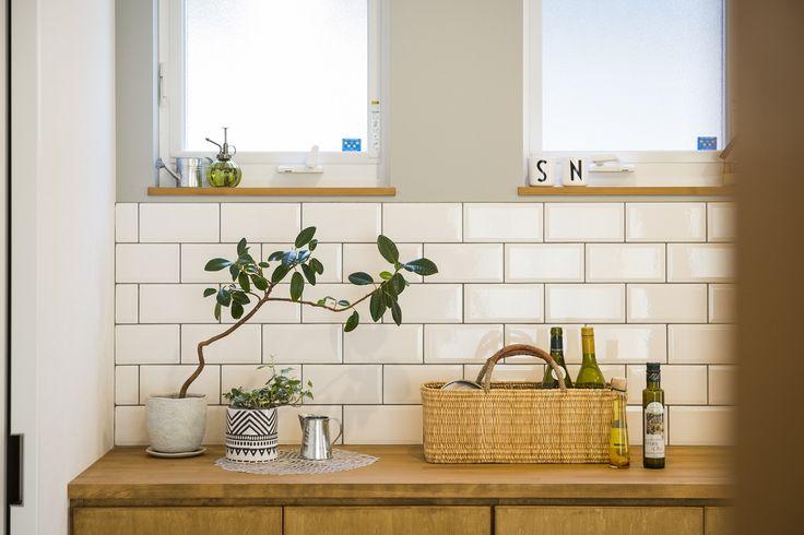 キラっとしたタイルが映えるように、うすいグレーのクロスを合わせました。キッチンの後ろは、低めの収納で仕上げると圧迫感がなくてgood!その分よく見えるので、写真のように飾ってあげるとすごくイイ感じです。#白タイル#光沢#グレー#壁紙#パイン材#造作家具#キッチン収納#ディスプレイ#キッチン#設計事務所#設計士とつくる#デザイナーズ住宅#デザイン住宅#コラボハウス#香川#愛媛