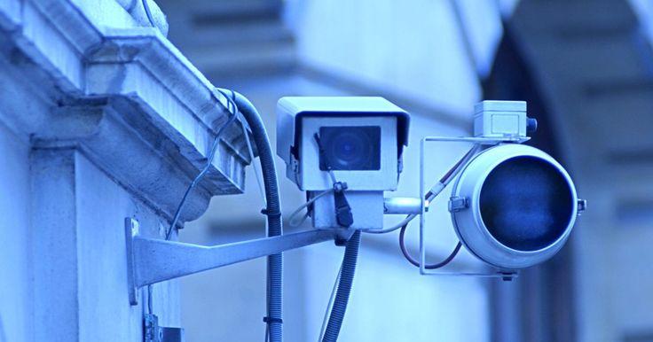 Como instalar câmeras de segurança externas. Uma câmera de segurança é capaz de monitorar uma determinada área de seu jardim, de modo que um invasor possa ser detectado. Você mesmo pode instalá-la na área externa de sua casa, desde que se certifique de ter adquirido uma câmera com um kit de transmissão sem fio e alguns outros suprimentos, em uma loja de artigos de segurança ou de ...