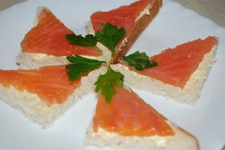 Бутерброд с красной рыбой рецепт.Нарезаем белый хлеб или батон на четыре части в виде треугольников или квадратиков, после чего каждый кусочек смазываем