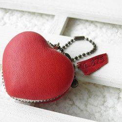 """真っ赤なハートのレザーバックチャーム💗マカロンケースになっているので、大切なリングなどのアクセサリーを仕舞っておくのにもぴったりです♪※アクセサリーなど、高価な物を入れる際には、バックの中に入れるなど紛失にご注意下さい。 ぽってり可愛い小物入れ型のバックチャーム♪真っ赤なハートを持ち歩こう♪全て手縫い のハート型小物入れのネックレス(レザー)*(500円玉のコインが入る大きさです) タグにはオリジナル焼印""""g-875""""(は・な・こ)の文字♪いざというときのためにコインを入れて鞄につけたり飲み忘れしやすいお薬を入れて持ち歩くピローケースにしたり。出先で外したピアスや指輪を無くさないように入れて置くのにもぴったりです☆おおよそのサイズ 縦   約45mm         横   約50mm         厚み  約28mm(ゆがみあり)★通常簡易ラッピング(参考画像10枚目右)は無料♪★有料のギフトBOX(参考画像10枚目左)もご用意しています★《春ハンドメイド2017》…"""