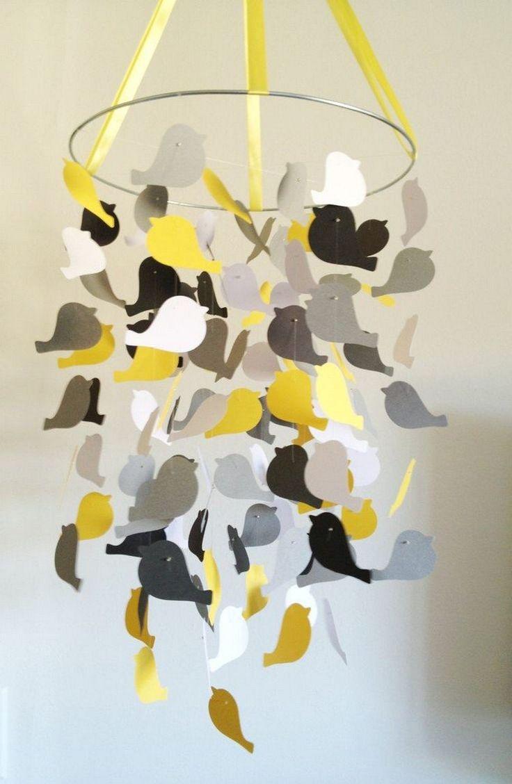 mobile bébé DIY - des oiseaux en papier jaune, gris et banc à différentes hauteurs