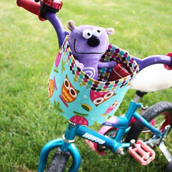Un panier en tissu pour un vélo d'enfant