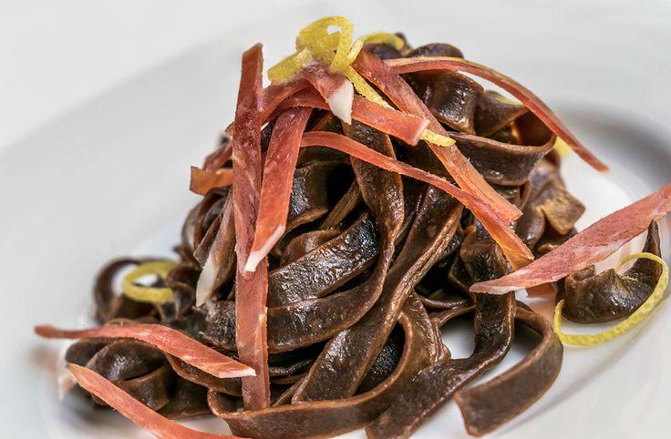 Tagliatelle al cacao con stick di Crudo di Parma al profumo di Limone