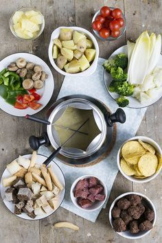 Kaasfondue Dip Tips   Variatie kaasfondue   Gehaktbal, witlof met ham, nacho's en meer   via brendakookt.nl