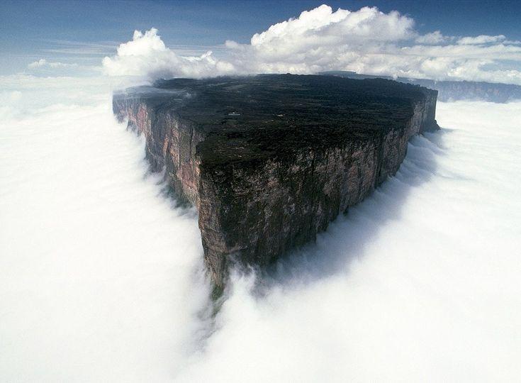 #.    Гора Рорайма. Ее вершина — плато площадью около 34 км². Отчёты об экспедиции в район горы вдохновили Артура Конан Дойля на написание романа «Затерянный мир». На этой горе проходят границы трех государств – Венесуэлы, Бразилии и Гайаны.