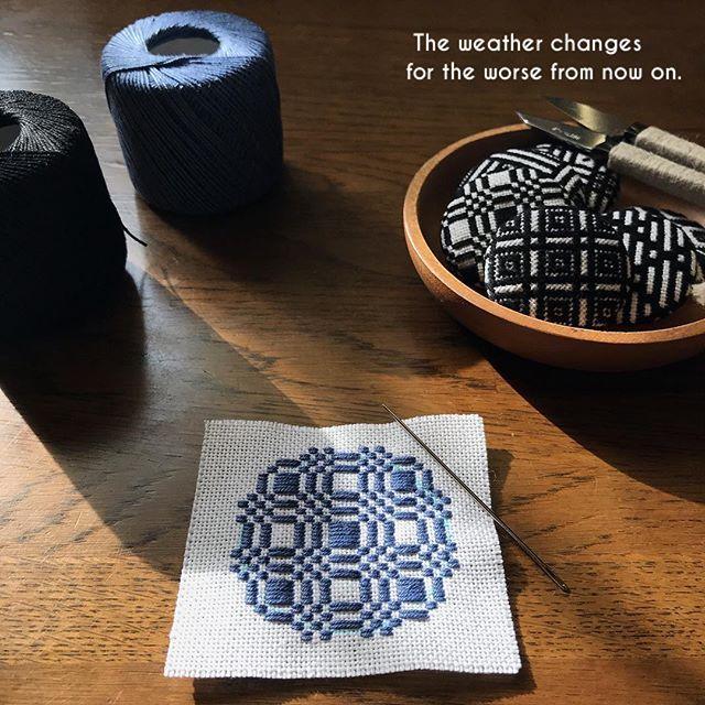 """クロ → アオ ・ ・ 朝はこんなにも 暖かな陽射しが入ってきていたのに あっとゆう間に曇り空 私の気持ちは黒から青に 変わってきているのに… ・ 最近同じよう写真ばかり この布で もう少し作ったら コングレスに切り替えます 何事も"""" ほどほど """"が大切ですね ・ ・ #こぎん刺し #こぎん #kogin #刺し子 #刺繍 #embroidery #ハンドメイド #手作り #手仕事 #針仕事 #needlework #くるみボタン #ブローチ #broach #青 #blue #日々 #暮らし #life"""