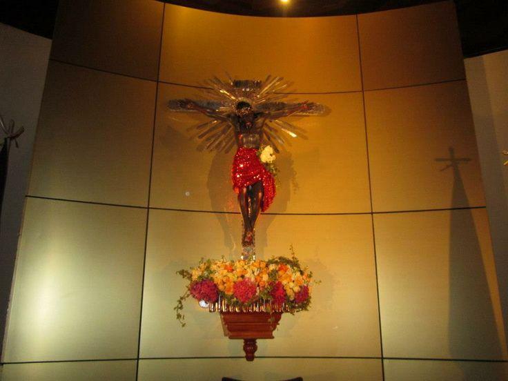 El altar restaurado y decorado para el evento.