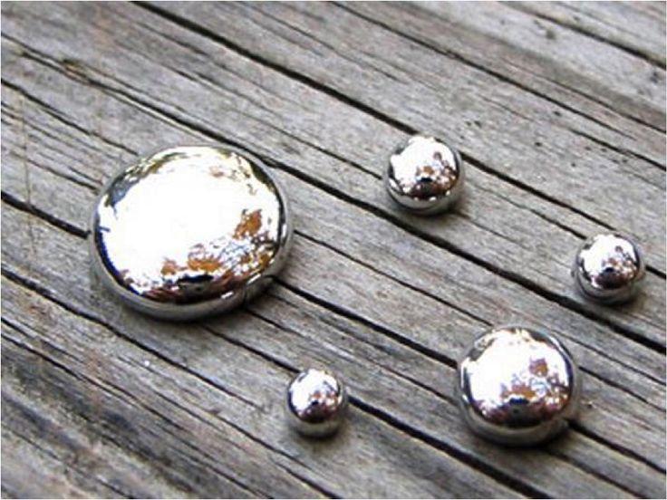 Quecksilber: Es ist das einzige Metall und neben Brom das einzige Element, das bei Normalbedingungen flüssig ist. Aufgrund seiner hohen Oberflächenspannung benetzt Quecksilber seine Unterlage nicht, sondern bildet wegen seiner starken Kohäsion linsenförmige Tropfen. Es ist wie jedes andere Metall elektrisch leitfähig.