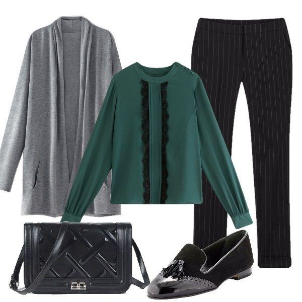 Pantalone nero gessato, camicetta verde con ruche, cardigan grigio, tracolla nera e slipper con nappine. Eleganza e formalità ad un prezzo contenuto per il lavoro.