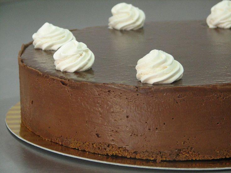 עוגת מוס מושחתת וטעימה במיוחד עם הפתעת מרנג פריך שמתגלה רק בחיתוך.