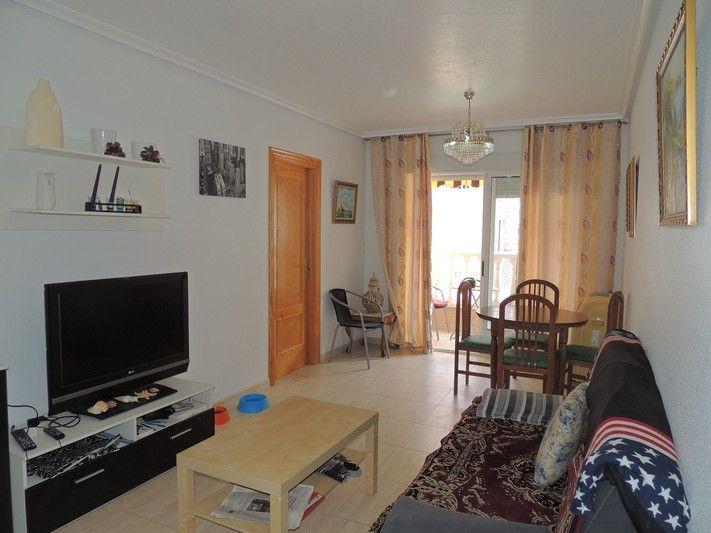 REF 612 : 2 Slaapkamer Appartement in Guardamar 1km van de zee € 118.000  Mooi licht 2 slaapkamer en 2 badkamer appartement in het gezellige Guardamar del Segura. Vlakbij dicht appartement licht het park van Guardamar, met de dennenbomen, fietsenpaden en duinen. En het is slechts 1 kilometer naar het strand. Het appartement beschikt over een vrij ruime woonkamer, een eetkamer, een mooi zonnig balkon van 6m2, keuken met een raam erin, 1 van de 2 slaapkamers beschikt voer een eigen badkamer.