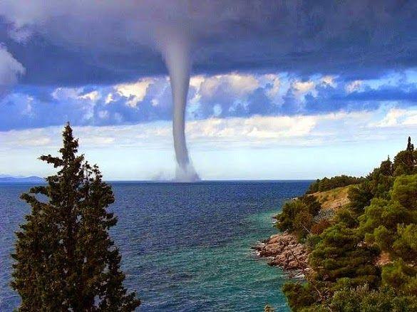 Inilah Penjelasan Ilmiah tentang Fenomena Air Laut Naik ke Langit yang Harus Kamu Tahu http://ift.tt/2qiWWnU Naiknya air laut ke langit atau yang biasa disebut dengan waterspouts merupakan salah satu fenomena alam yang menakjubkan. Air laut menjulang ke atas dalam satu pusaran corong yang terlihat seperti menembus langit. Seperti kekuatan di alam lainnya waterspouts dapat menjadi indah dan berbahaya. Peristiwa yang juga disebut dengan belalai air ini terakhir terlihat pada akhir 2014 lalu di…