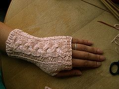 Great free pattern for knit fingerless gloves. I have to learn to cable.