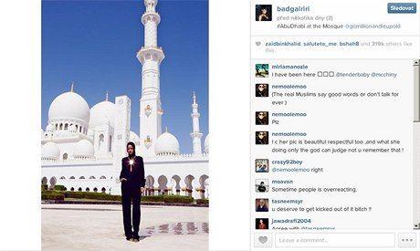 """DUBAJ Správa mešity v Abú Dhabí vyzvala zpěvačku Rihannu, aby přerušila fotografování před mešitou a odešla. Zpěvačka přesto stačila před bělostnými oblouky stavby nafotit několik snímků, které umístila na síť Instagram. Je na nich celá v černém a její postava v nejrůznějších pozicích kontrastuje s bělostnou stavbou i dlažbou. Vedení mešity šajcha Zajda svůj postup vysvětlilo v prohlášení, v němž se hovořilo o pořizování nepatřičných fotografií. Fotografie nejsou v souladu s """"podmínkami…"""