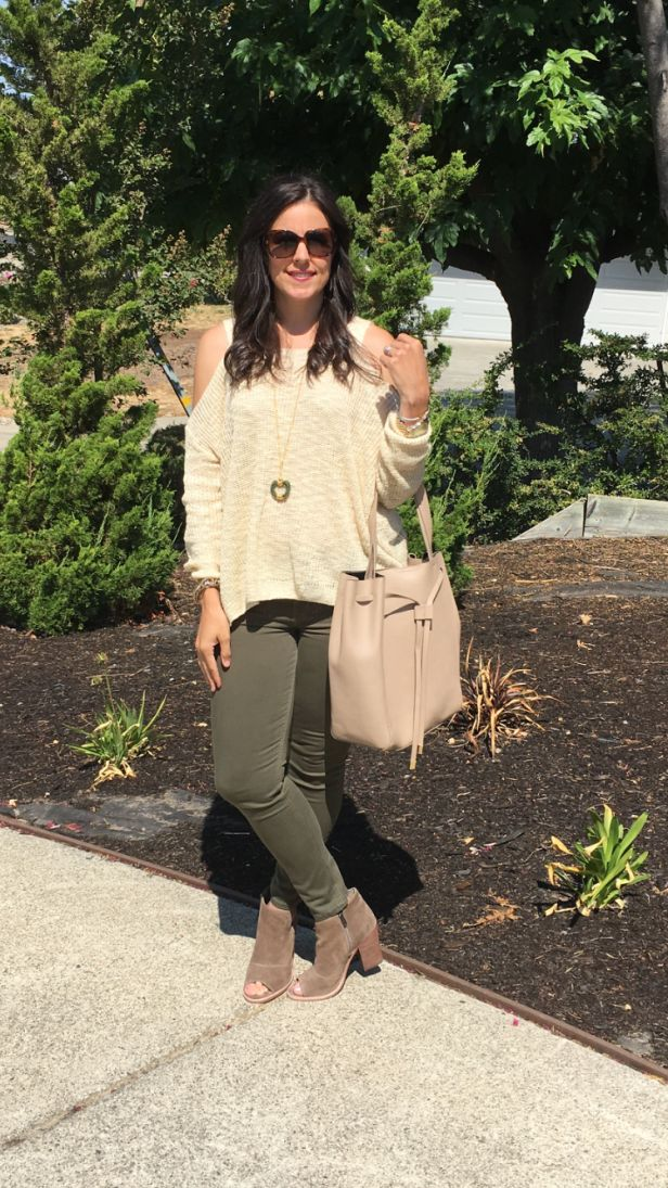 Cold Shoulder Sweater | how to style a cold shoulder sweater | fall style | fall fashion | styling for fall and winter | cool weather fashion | style ideas for fall | fashion tips for fall | styling booties || The Flexman Flat