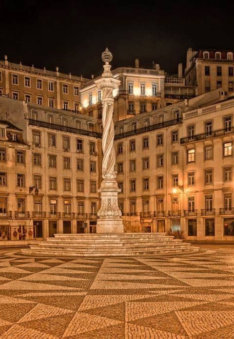 West of Comercio Square, following Rua do Arsenal, is Praça do Municipio (Municipal Square), a small peaceful square where the City Hall, Appeals Court and Navy Arsenal stand. Outside the building is an interesting pillory with a spiral column built of a single block in the 18th century, and crowned with a gilt metal sphere.