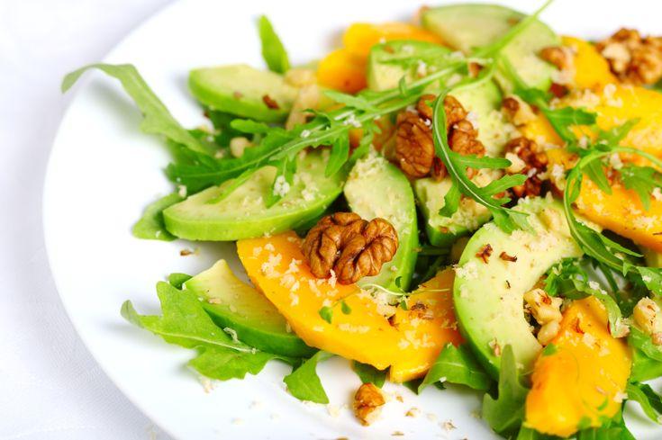Esta rica y fresca ensalada de arúgula, aguacate y mango te va a encantar para disfrutar un delicioso menú.