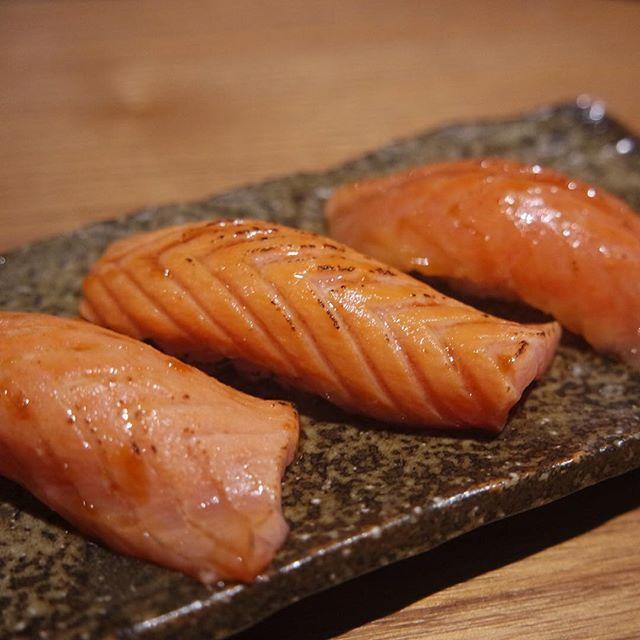 Salmon Aburi Sushi idr 13k/slice Sushi Masa Muara Baru  #situkangmakan #sushi #salmon #aburi #sushimasa #japaneserestaurants #japanasefood by situkangmakan