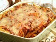 Cuire le boeuf haché et les oignons dans un grand poêlon, barsser occasionnellement, jusqu'à ce que la viande ait perdu sa teinte rosée. Ajouter l'eau, la pâte tomates, le vin ou l'eau, le bouillon et cuire de 10 à 15 minutes, jusqu'à ce que les saveurs soient mélangées. Déposer les ingrédients dans une casserole de 13 x 9-pouces avec une rangée de 1/2 pâtes, 1/2 sauce, 1/2 fromage. Répéter l'opération et couvrir. Préchauffer le four à 350° F. Cuire au four ...