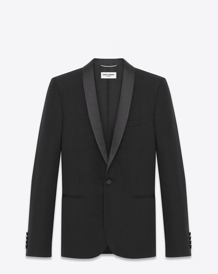 Veste de smoking Saint Laurent Signature, agrémentée d'un col châle en satin, de poches à rabat et d'une poche poitrine passepoilée.