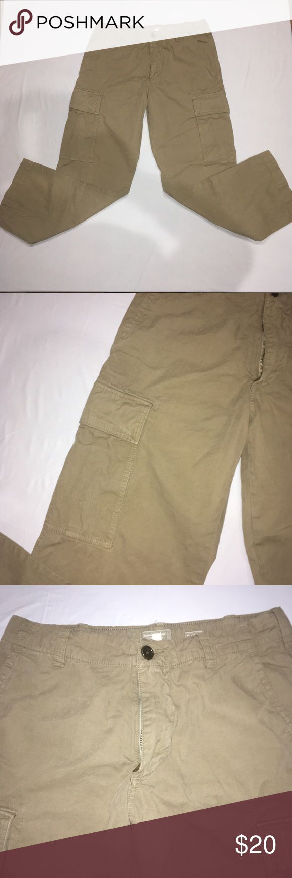 Banana Republic Green Men's (32/30) Cargo Pants Men's Banana Republic Green Cargo Pants. They are a size (32/30). These are relaxed fit. Has two pockets on the sides of the legs.  Has a 32 inch waist, 30 inch inseam, and a 10 inch rise. Banana Republic Jeans Relaxed