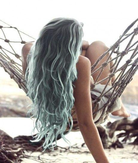 Capelli lunghi grigi sfumati di azzurro