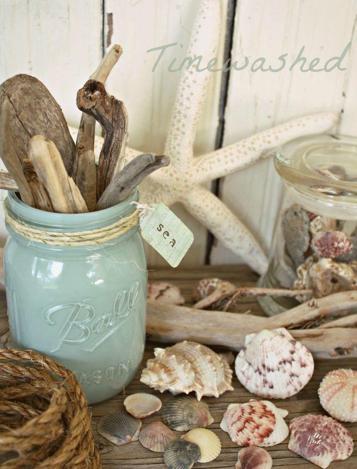 банка бирюзового цвета, кусочки дерева обкатанные в море, ракушки и морская звезда