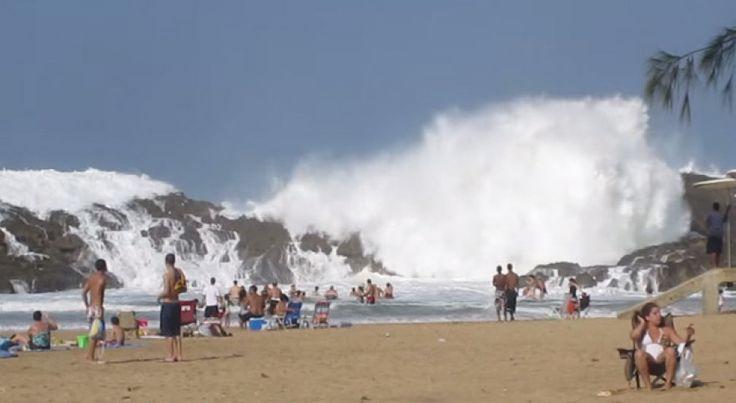 De strandgangers van Vega Baja, in Puerto Rico, kunnen niet alleen genieten van mooi weer, maar ook van een spectaculair uitzicht dankzij een fraai natuurlijk fenomeen. De rotsformatie voor de kust, La Peña genaamd, fungeert als een soort natuurlijke golfbreker waarop de gigantische golven van de Atlantische Oceaan stukslaan. En vervolgens klettert het water langs de rotsen naar beneden en creëert het ook nog eens prachtige watervallen.
