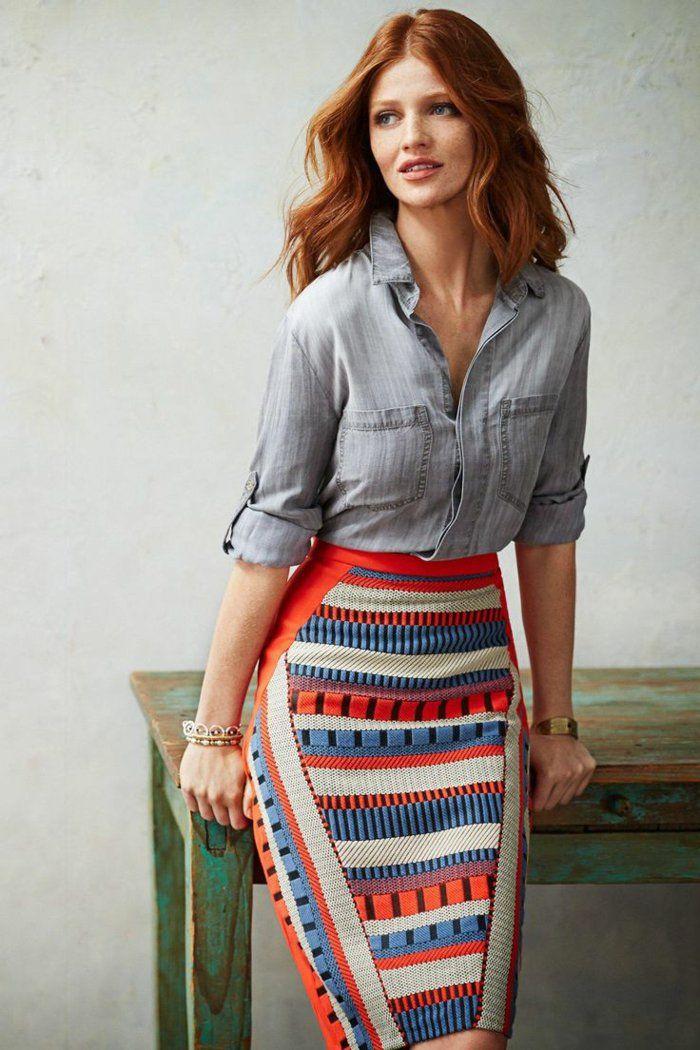 une jupe colorée, jupe droite en forme de crayon bien combinée avec une chemise en denim