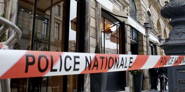 les policiers lyonnais récupèrent diamants, bijoux, lingots et armes Sept braqueurs présumés ont été arrêtés près d'Annecy au moment où ils étaient en train de compter le butin d'un braquage à quarante mil... http://www.lemonde.fr/police-justice/article/2017/05/25/spectaculaire-flagrant-delit-a-lyon-les-policiers-recuperent-diamants-bijoux-lingots-et-armes_5133688_1653578.html?xtor=RSS-3208