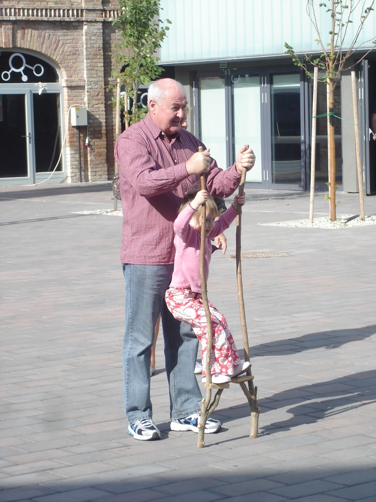 unokával gólyalábazni