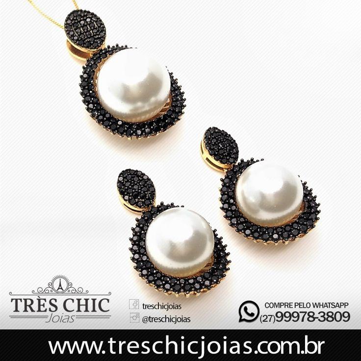 Conjunto de brincos (ref 3977) e cordão com pingente (3983) com solitário de pérola circundado com moldura de microzirconias negras, banhado em ouro 18k.  Compre em até 6x sem juros.  Confira em nosso site: www.treschicjoias.com.br     #pérolas #Lojavirtual #acessoriosfemininos #tendencia #qualidade #TresChicJoias