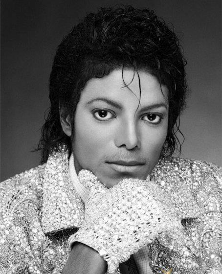 Тогда певец восемь раз поднимался на сцену, так как его thriller получил сразу 8 наград.