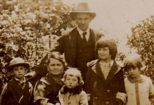 Bill & Flo Williams with their 4 children. Eric ( born 1921), Peggie on mother`s lap, Gwen & Marge at Cremorne, NSW