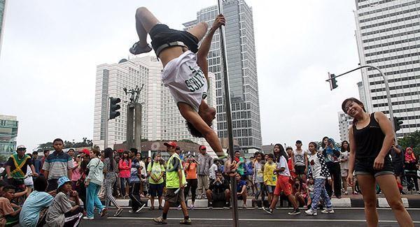Pegiat 'pole dance' beraksi di sebuah tiang saat #carfreeday di Bundaran HI, #Jakarta , Minggu (18/1). #Poledance yang memiliki cap sebagai #tarian #erotis diperkenalkan sebagai alternatif latihan fisik untuk menjaga kebugaran tubuh dan kekuatan otot. Foto: Ricardo/JPNN.com
