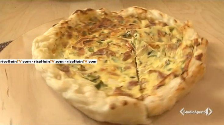 La ricetta della torta salata asparagi e crudo, proposta da Tessa Gelisio nella puntata odierna di Cotto e mangiato.