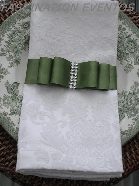 Laço verde no guardanapo